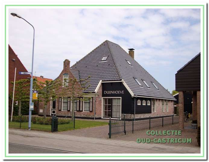 De herbouwde boerderij Duijnhoeve aan de Heereweg.