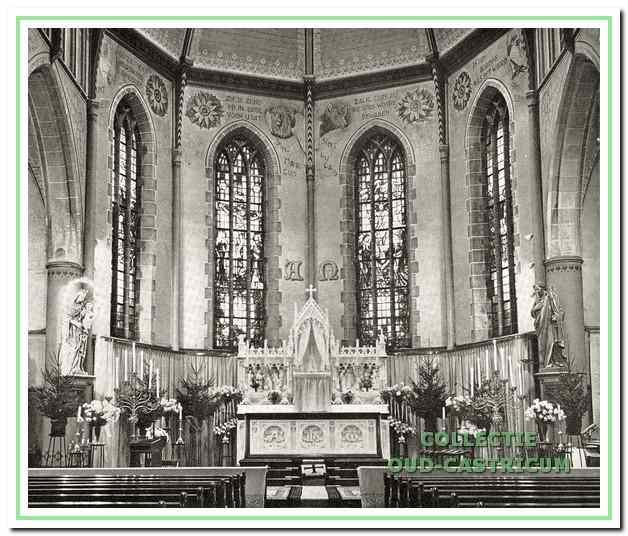Interieur en altaar van de St. Pancratius voor de herinrichting in 1969.