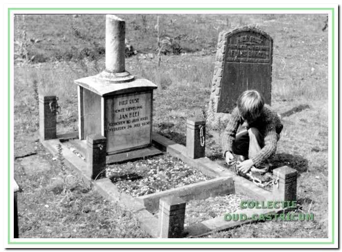 Het graf van Jan Blei, in 1977 bezocht door een jong familielid.