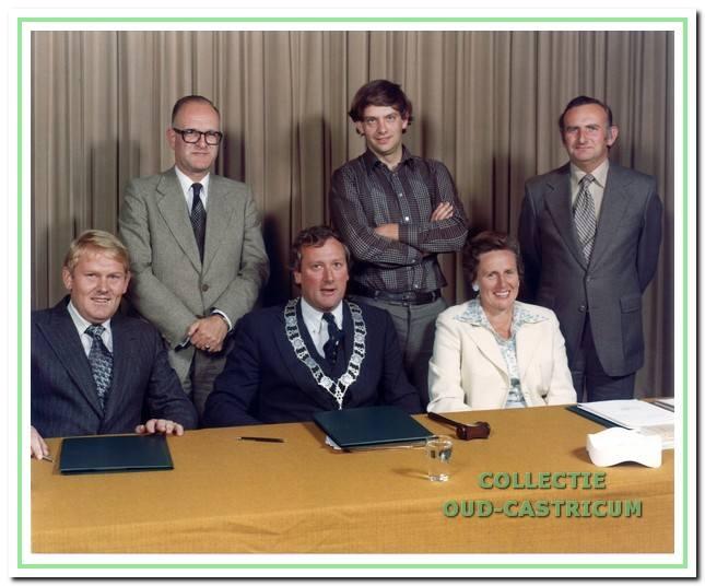 Het college van burgemeesters en wethouders bij het afscheid van de raad op 31 augustus 1978; v.l.n.r. zittend: Henk Wokke, burgemeester Gmelich Meijling en Paula Scholtz - Brand; staand: Henk van der Velde, Harry Poeze en gemeentesecretaris Fons Mok.