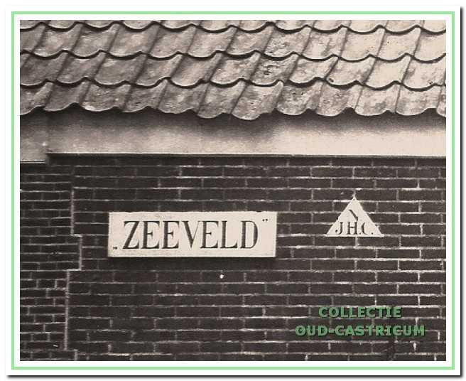 Naast het naambord van de boerderij hangt de driehoek van de Nederlandsche Jeugdherberg Centrale.