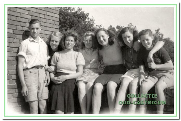 Bakkum, Pinksteren 1946. De corveeploeg. Het derde meisje van rechts is Erna Meijer. Zij had er toen nog geen vermoeden van dat ze in 1954 een seizoen in Koningsbosch als assistente zou werken en daardoor een speciale band met deze jeugdherberg zou krijgen.