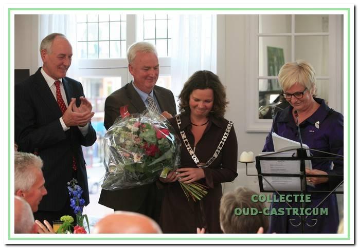 Burgemeester Aaltje Emmens - Knol heeft bij haar afscheid de ambtsketen overgedragen aan loco-burgemeester Christel Portegies in aanwezigheid van commissaris van de koningin Johan Remkes en plaatsvervangend raadsvoorzitter Fred de Haan.