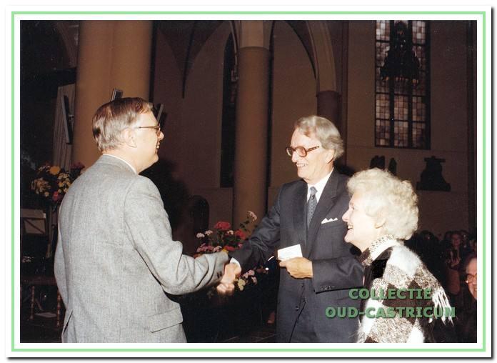 De heer F. W. Hutter, voorzitter van de kerkenraad, drukt dominee Boelens en echtgenote de hand ter gelegenheid van zijn afscheid van Castricum op 31 oktober 1982.