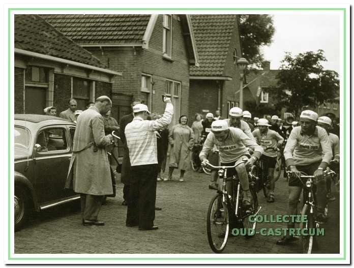 Verslaggever Huug Kortekaas (1922-1966) in actie bij de start van een wielerronde voor de jeugd: de Tour de Flevo.