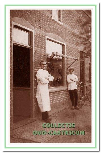 Voor de slagerij van Klaas de Beurs aan de Van Oldenbarneveldweg in 1922