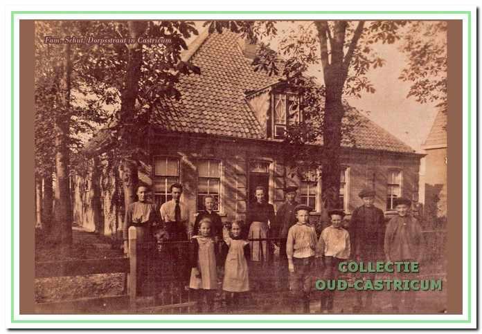 Frans Schut en Grietje Dekker met hun kinderen voor de boerderij aan de Dorpsstraat omstreeks 1919.