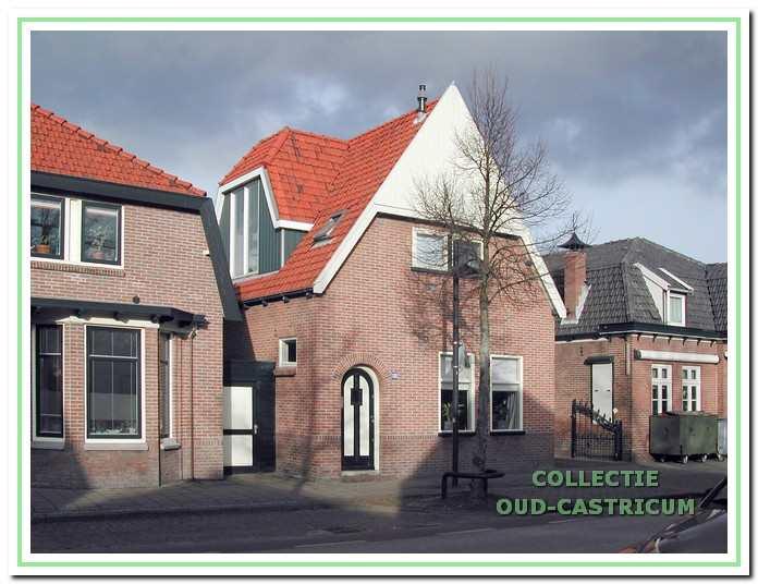 Foto van enkele panden in de Dorpsstraat met in het midden het pand Dorpsstraat 100.