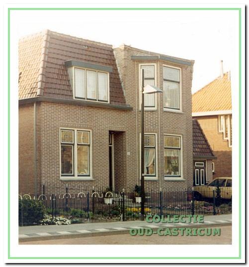 Het pand Dorpsstraat 106 met nog de vrijwel oorspronkelijke voorgevel. Alleen de dakkapel is vergroot en de karakteristieke dakornamenten zijn verwijderd.