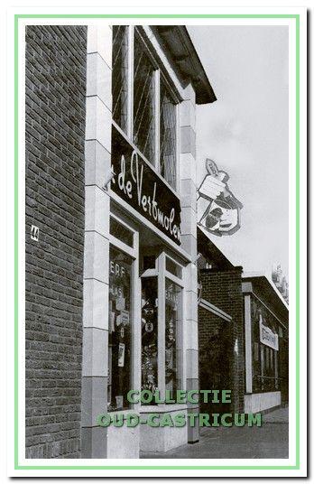 De gevel van de winkel in de Torenstraat 44-46 in de jaren 1950.