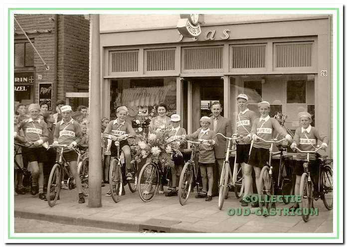 De ploeg die voor de Tour de Flevo van 1957 werd gesponsord door juwelier Plas.