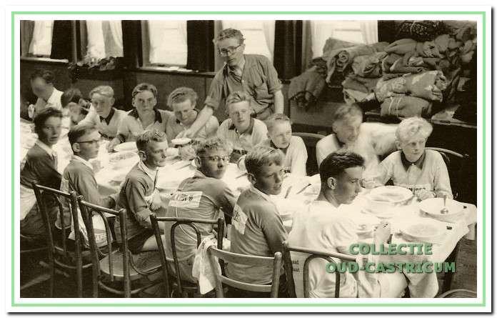 Ook werd er eerst gezamenlijk ontbeten. Hier onder leiding van meester Cees Bodewes.