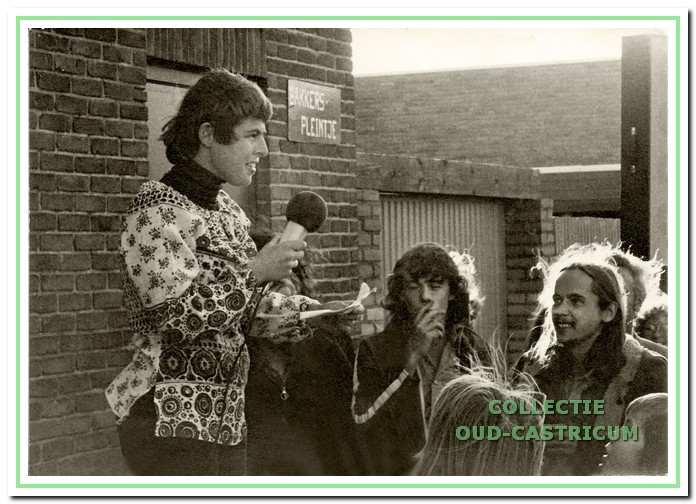 Voorzitter Tineke Raimond opent De Bakkerij op 5 oktober 1974.