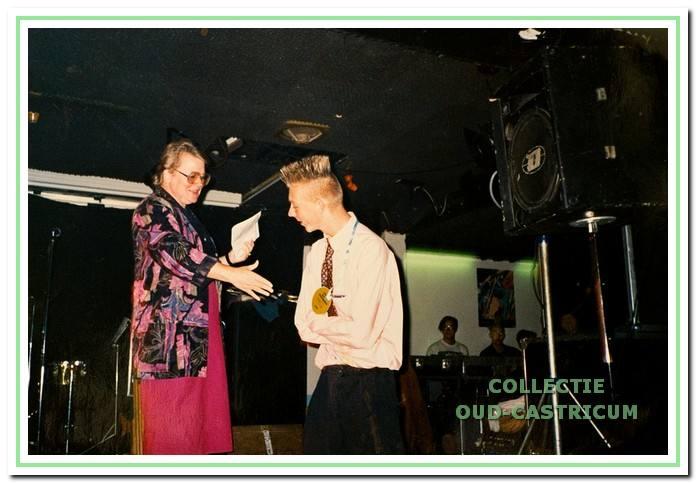 Voorzitter Ria Beens reikt een medaille uit aan vrijwilliger Mark Borst van De Bakkerij.