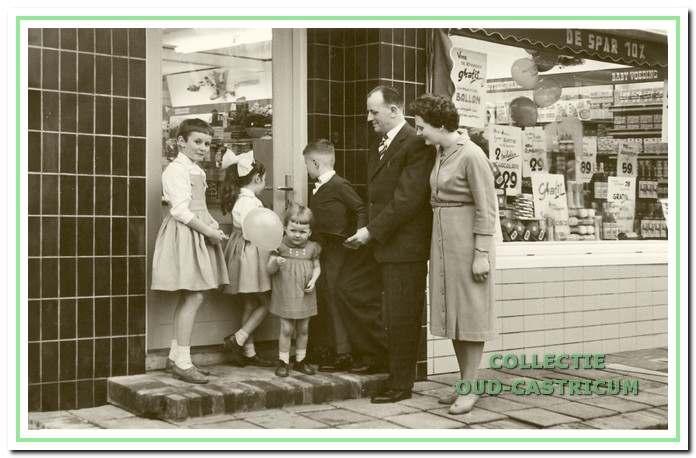 Het gezin Twisk voor de winkel begin jaren 1950.
