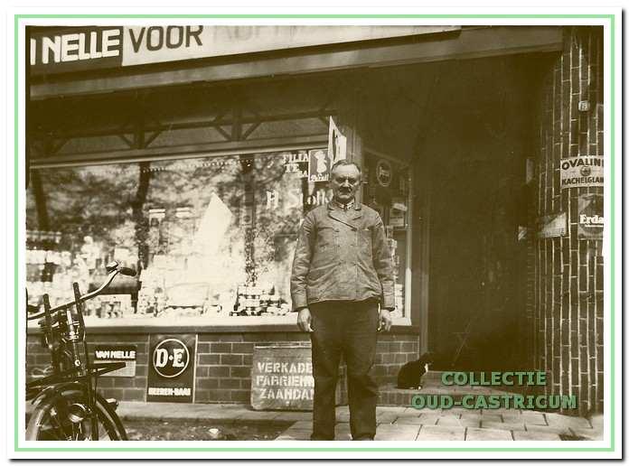 Hannes Stolk voor zijn winkel aan de Stationsweg.