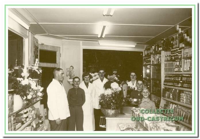 De familie Brakenhoff tijdens de heropening in 1957.