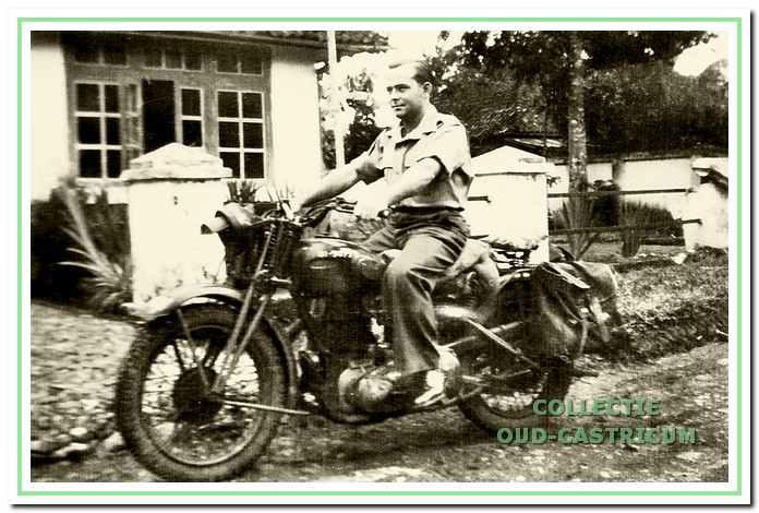 Engel maakt een ritje op zijn motor in Soekaboemi op Java.