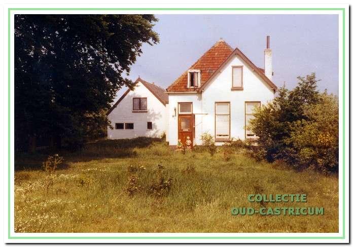 Het huis aan de Hoogeweg in 1978; voor het huis de kleinkinderen Robbie en Ingrid Aelbers.