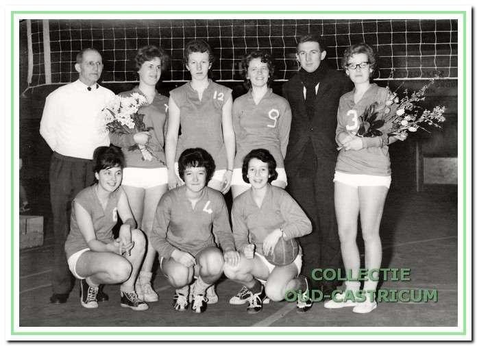 Het eerste damesteam dat in 1964 kampioen werd en promoveerde naar de Overgangsklasse.