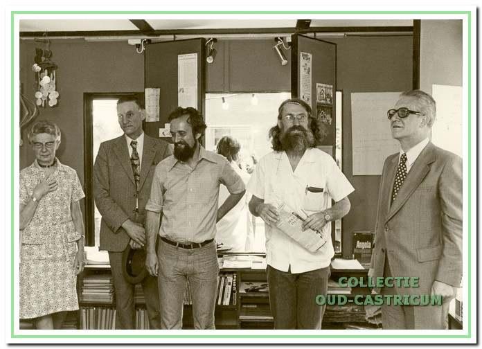 Opening van de Wereldwinkel op 23 juni 1973; v.l.n.r. Jo Vissers, de wethouders Cor Baltus en Jacques Mulder, professor Huizer die namens minister Pronk de openingstoespraak hield en burgemeester Van Boxtel.