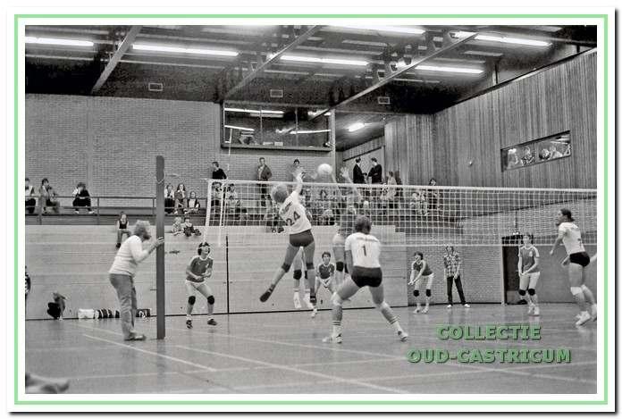Vanaf 1976 kan er in sporthal 'De Bloemen' worden gevolleybald.