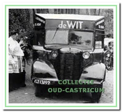 De 'bellewagen' van De Wit wordt gezegend door een priester in Den Haag. Achter het stuur (aan de rechterzijde) Siep Zijlstra. Zijn zoon Bob zit links van hem.