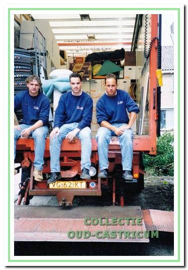 Niels de Wit, de latere directeur van De Wit Haarlem BV, in het midden achterop een verhuisauto in 1996.