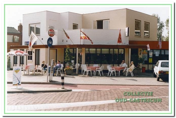 Cafetaria De Vluchtheuvel met links café De Dukdalf begin jaren 1990.