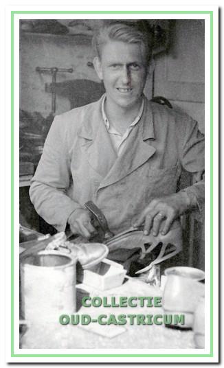 Piet van Kessel, schoenmaker in de Schoolstraat.