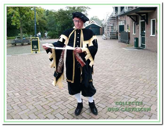 Dorpsomroeper Gerard Veldt kondigt de activiteiten in het Open Monumentenweekend aan.