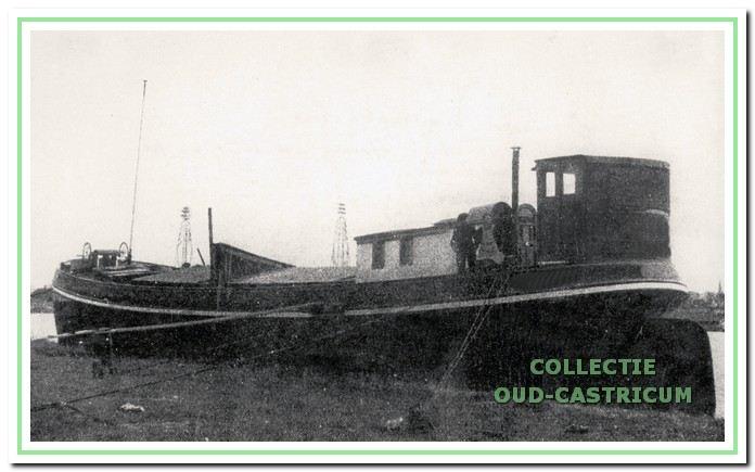 Een van de schepen afgemeerd in de buurt van het Alkmaardermeer; waarin de kunstschatten van het Stedelijk Museum tijdelijk werden bewaard, totdat zij naar de bomvrije kluis in Castricum konden worden overgebracht (foto Joh. de Haas).