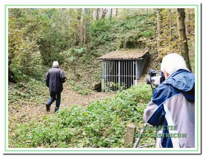 De tegenwoordig met een hek extra beveiligde toegang tot de kluis aan de Helmweg in het Geversduin. Het bouwwerk is vanwege de historische achtergrond terecht als gemeentelijk monument aangewezen.