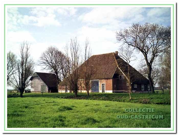 Boerderij Cronenburg met op de voorgrond het kasteelterrein.