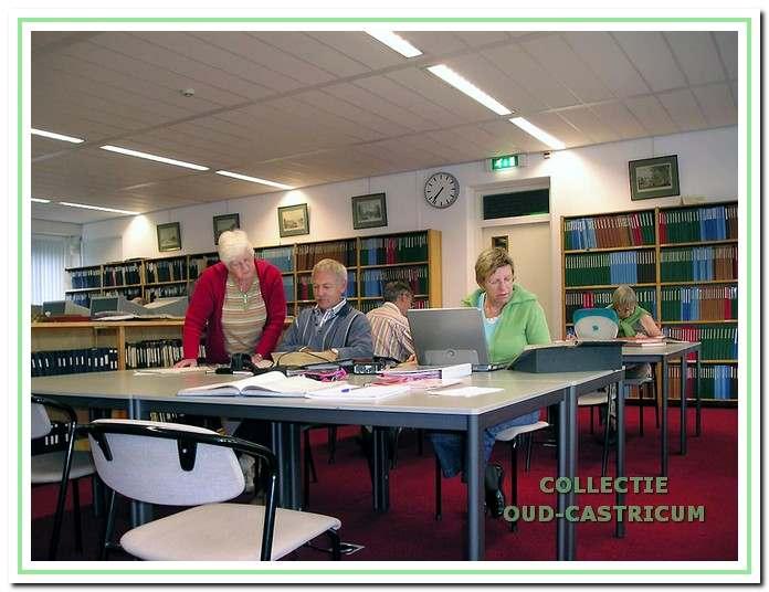 Archief. Voor veel artikelen in de jaarboeken, onder andere die waarin een familie wordt beschreven, is regelmatig onderzoek nodig in de archieven in Alkmaar en Haarlem. Simon Zuurbier was daar wekelijks te vinden, vaak met assistentie van Tonny Sminia en Jeanne Groentjes.