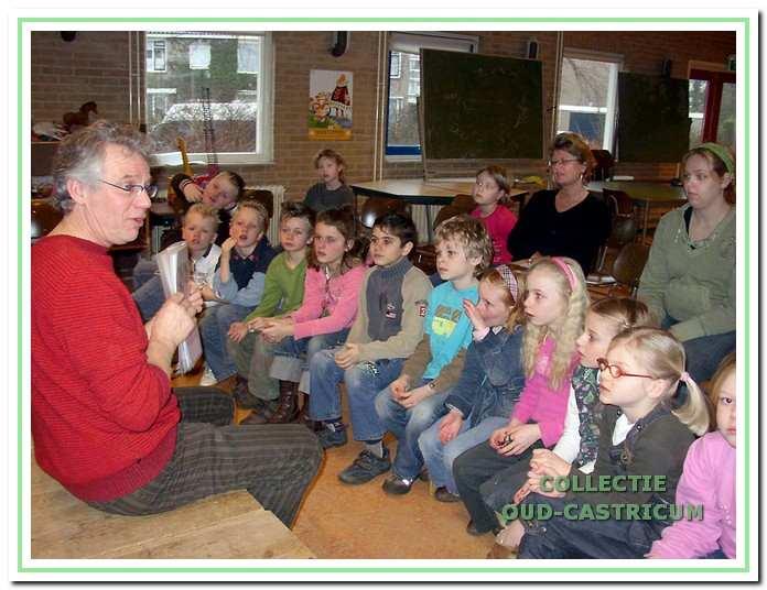 Educatie. Al ruim 10 jaar worden de scholen in Castricum en Bakkum betrokken bij de activiteiten van Oud-Castricum door het geven van rondleidingen, lessen en het vertonen van films of dia's. Met name Cor Smit, die hier een klas toespreekt, heeft daar veel aan bijgedragen.