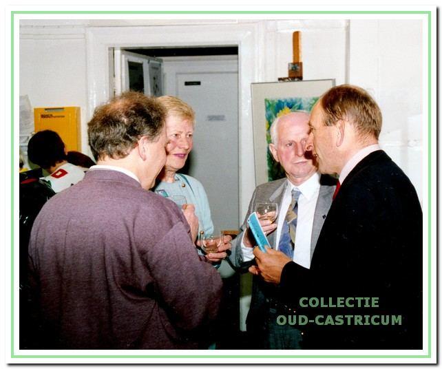 Op 2 september 1994 opende burgemeester Schouwenaar het gebouw met de nieuwe naam 'Ateliers De Duinrand'. Hier is hij in gesprek met de initiatiefnemers van de vereniging: Ans en Gerard Lunow en voorzitter Hans van Herwijnen.