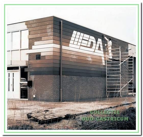 Jan Weda schilderde het logo van zijn bedrijf op het nieuwe pand aan de Castricummer Werf (1988).