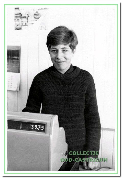 Fred Weda achter de kassa van 'de Verfton'.