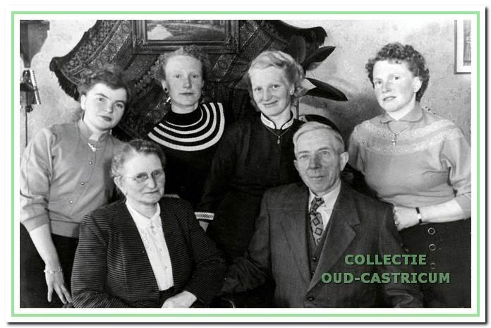 Marie Schermer en Cor Poel met hun vier dochters.