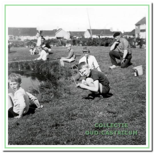 De eerste jeugdviswedstrijd bij de Van Speykkade; de toeschouwer is Lou Veldt.