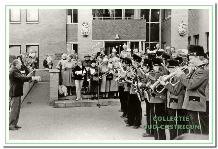 Het Fanfare orkest Emergo bij de vroegere ingang van het gemeentehuis.