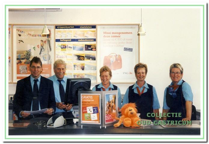Personeel postkantoor op de dag van de sluiting. V..l.n.r. Peter Broers, Wim Riepma, Linda van Straaten, Anneke Bruin en Tine Tijssens.