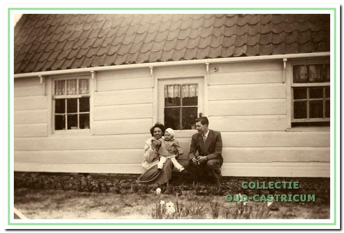 Jan en Aat Schoenmaker met dochter Hilda in 1957 voor het huisje dat in 1964 werd gesloopt.