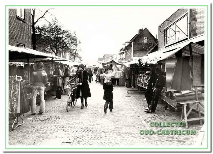 De weekmarkt in de Burgemeester Mooijstraat.
