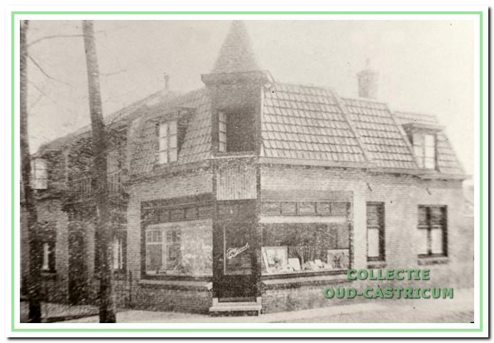 Winkel en woonhuis met torentje zijn gebouwd in 1924. Het pand stond bekend als De Spoorklok.Het heeft vanaf het begin dienst gedaan als bakkerij. De eerste bakker was Piet Groot. Het bakkersbedrijf van Groot werd in 1957 voortgezet door Petrus Bakker en daarna door Jacobus Bakker. In 1975 vestigde zich Wilhelmus Brakenhoff in het pand. Brakenhoff oefent er tot de dag van vandaag zijn bedrijf uit.