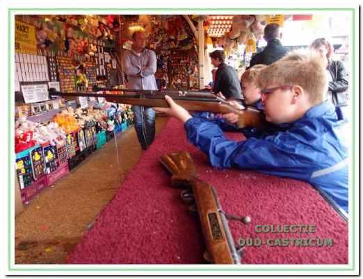 De schiettent op de kermis in Castricum van 2014.