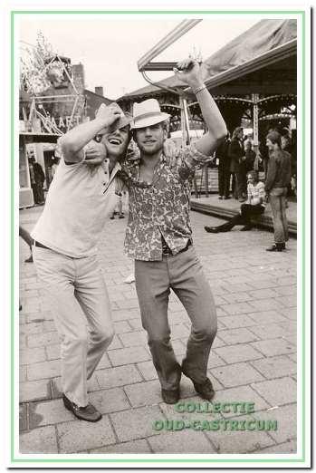 Nico Lute met rechts zijn broer Wim op de kermis van Bakkum in 1972.