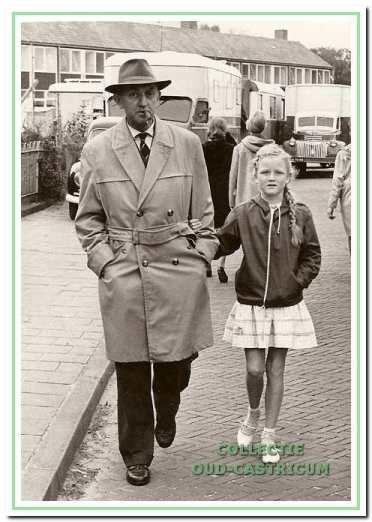 """Werkgroeplid Marjan Wentink (1950) met vader Henk op de Van der Mijleweg in Bakkum tijdens de kermis van 1961. Zij vertelde: """"Het mooiste van de kermis vond ik de schommelschuitjes. We probeerden altijd zo hoog mogelijk tegen het zeildoek te komen, totdat je afgeremd werd door een plank die dan omhoog werd gezet."""""""