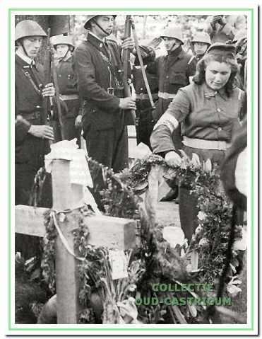 Houten herdenkingskruis met afvaardiging van de BS uit de Zaanstreek.